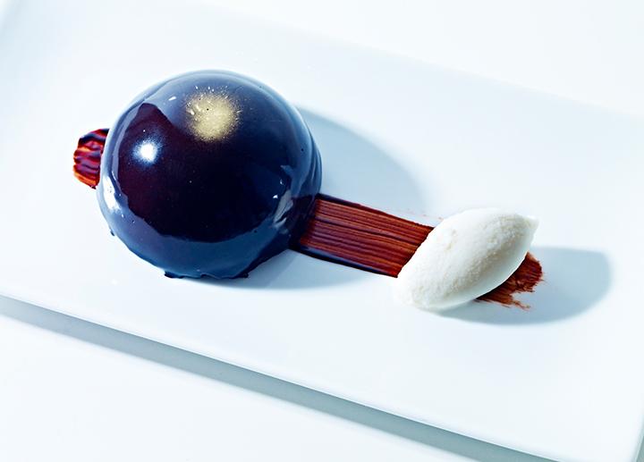 Chocolate en texturas con helado de leche merengada