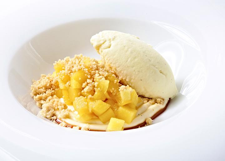 Manzana al azafrán con cremoso de vainilla y toffee